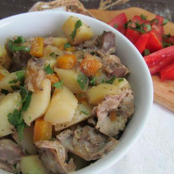 Тушеные куриные желудки с картошкой и овощами